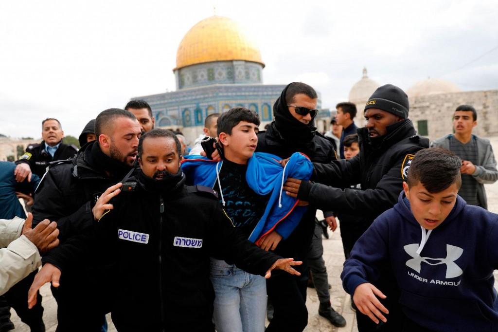 Un ragazzo palestinese arrestato sulla Spianata delle Moschee (Fonte: Middle East Monitor)