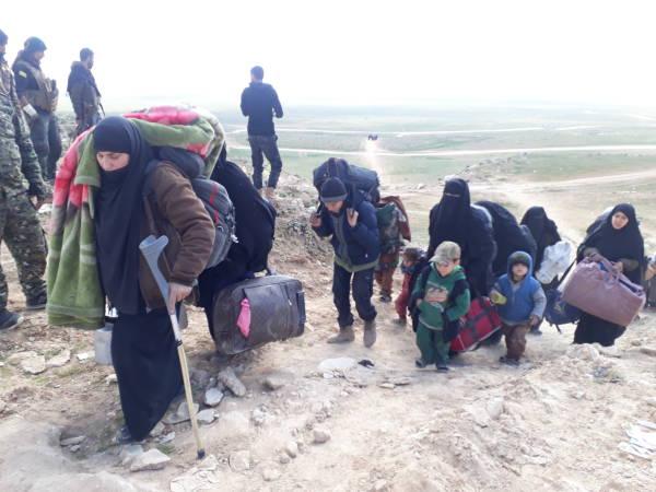 Sfollati da Baghouz in fuga ieri (Foto: AnfEnglish)