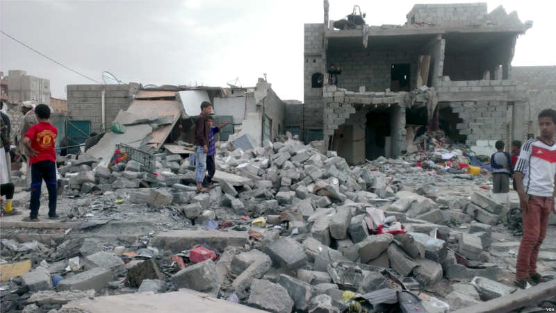 Macerie in Yemen dopo un bombardamento saudita