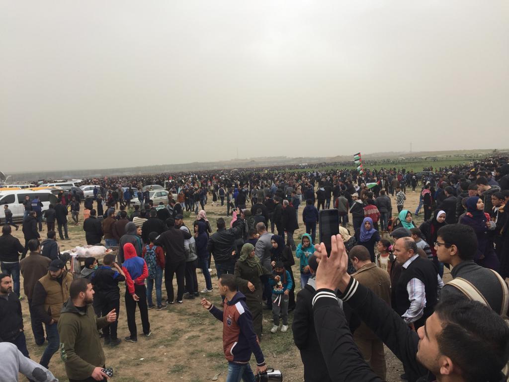 Palestinesi raggruppati al campo di Malaka (Foto: Michele Giorgio)