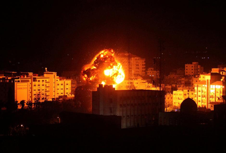 Effetti di un bombardamento israeliano ieri a Gaza. (Foto: Reuters)