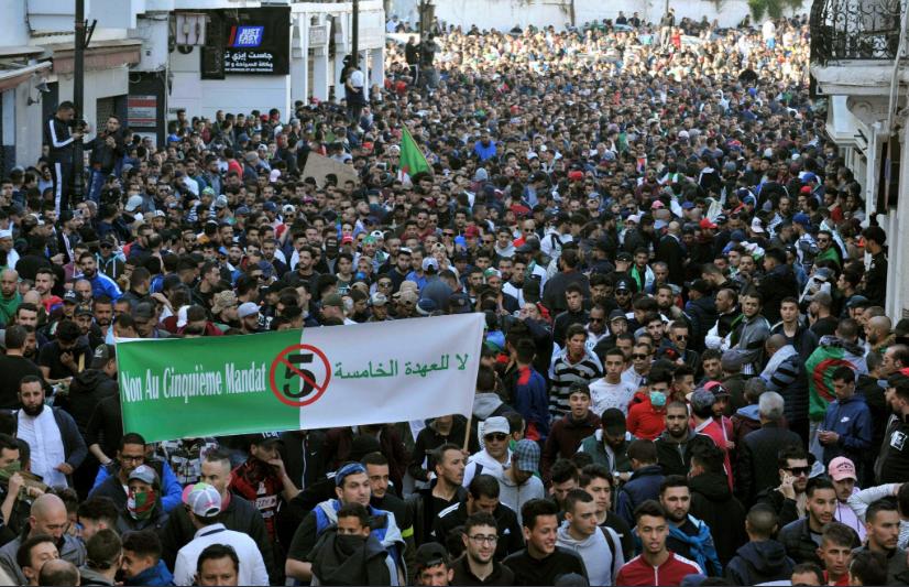 Le proteste in Algeria (Fonte: Twitter)