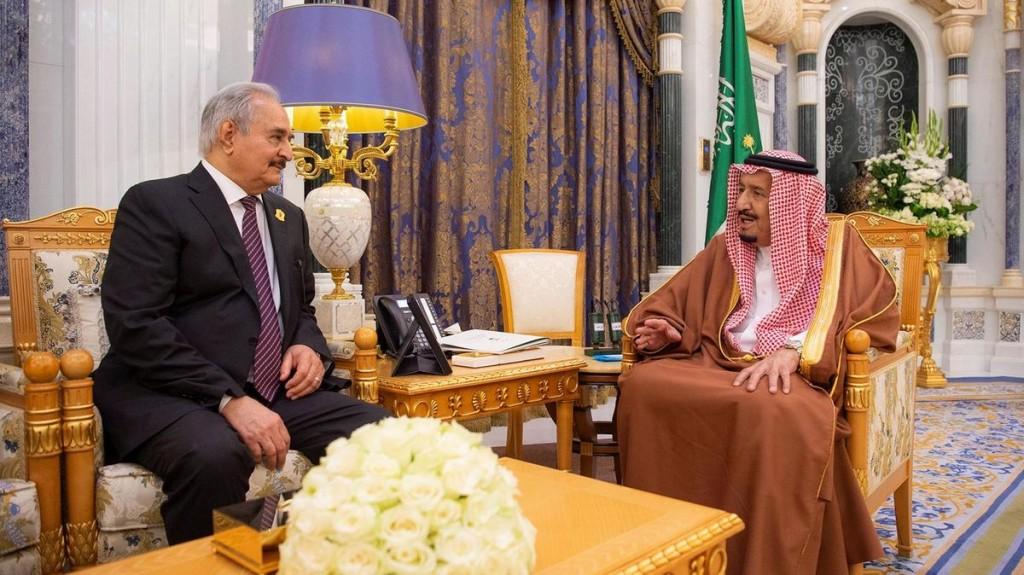 Khalifa Haftar e re Salman durante l'incontro a Riyadh (foto Reuters)