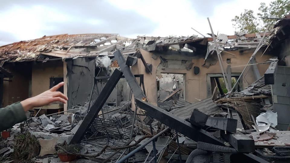 La casa distrutta da un missile a nord di Tel Aviv