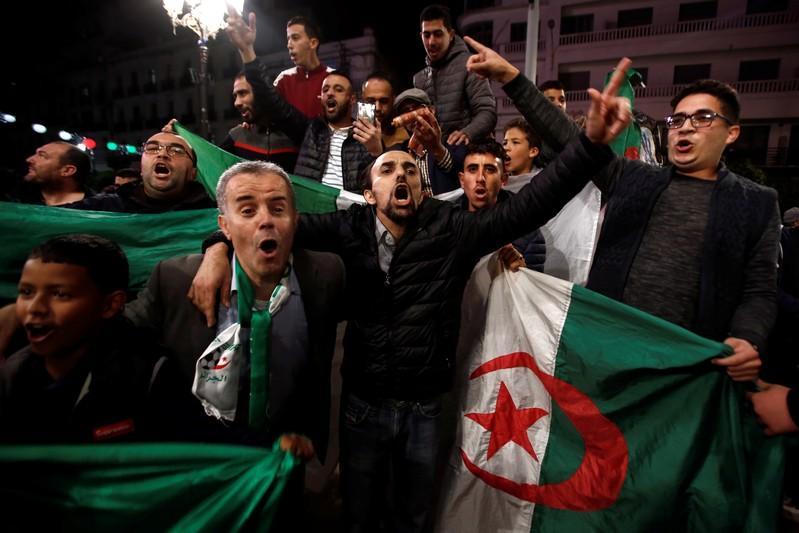 Festa ieri notte nelle piazze algerine (Fonte: Firstpost)