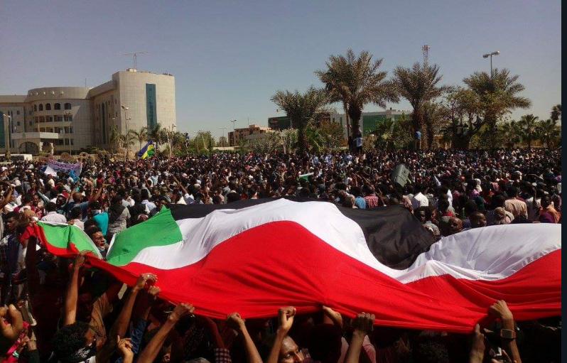 Il presidio di fronte al quartier generale dell'esercito a Khartoum (Fonte: Twitter)