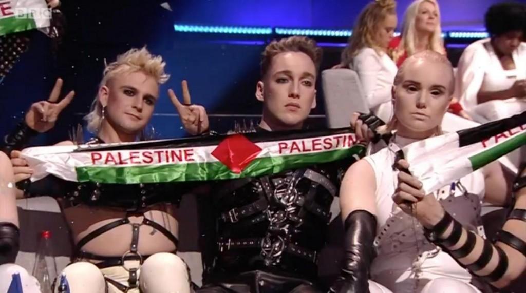 In uno fermo-immagine il momento in cui la band islandese Hatari mostra la bandiera della Palestina a Eurovision