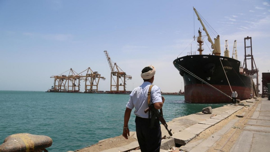 Un combattente Houthi nel porto yemenita di Hodeidah (Foto: Reuters)