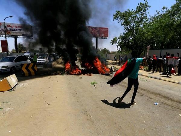 Manifestanti sudanesi sul ponte al-Mek Nimir a Khartoum  (Foto: Ani News)