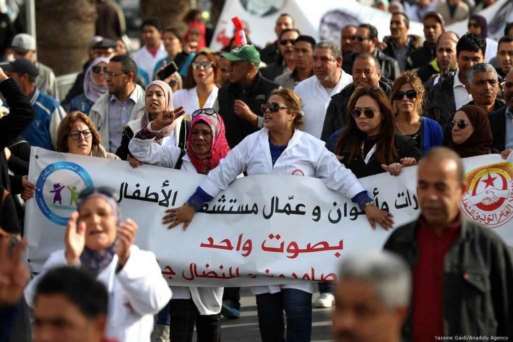 Protesta dei lavoratori in Tunisia, nel novembre 2018 [Foto: Yassine Gaidi/Anadolu Agency]