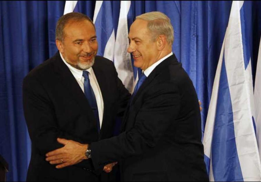 L'ex ministro della difesa Liberman (sinistra) con il premier Netanyahu