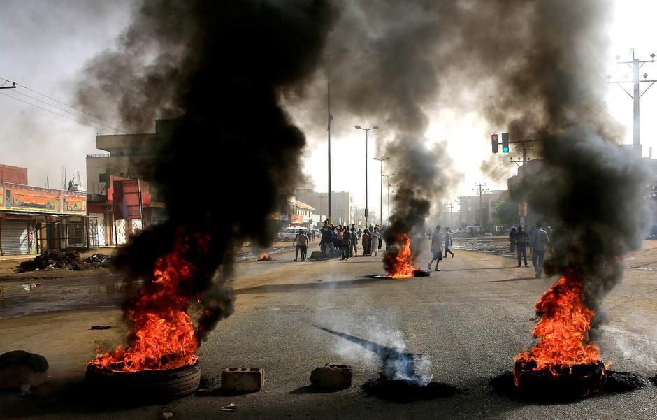 Il presidio disperso ieri dalle forze armate (Foto: Reuters)