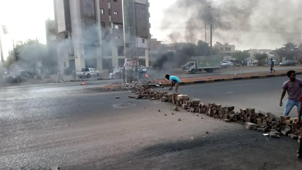 Barricata nelle strade di Khartoum (Foto inviate dagli attivisti)