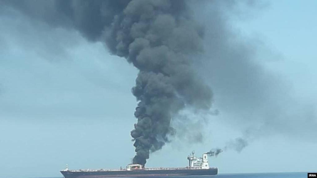 petroliera in fiamme