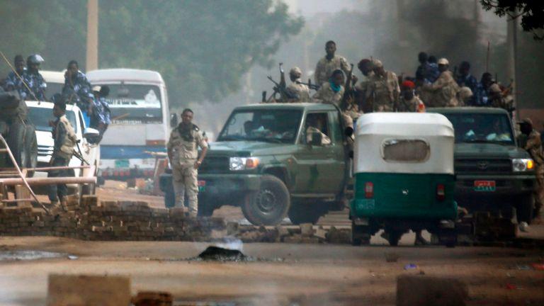 Soldati e paramilitari sudanesi a Khartoum (Fonte: Sky)