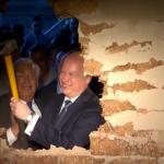 L'ambasciatore-colono Friedman prende a picconate Gerusalemme Est