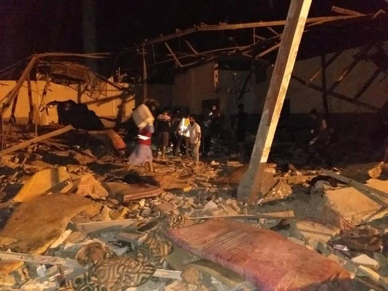 Il centro di detenzione per migranti colpito nella notte a Tripoli (Foto: Reuters)