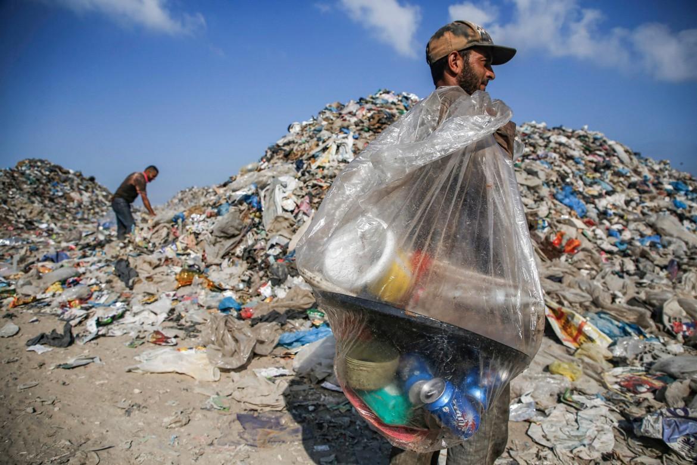 Una discarica di Gaza (foto AFP)
