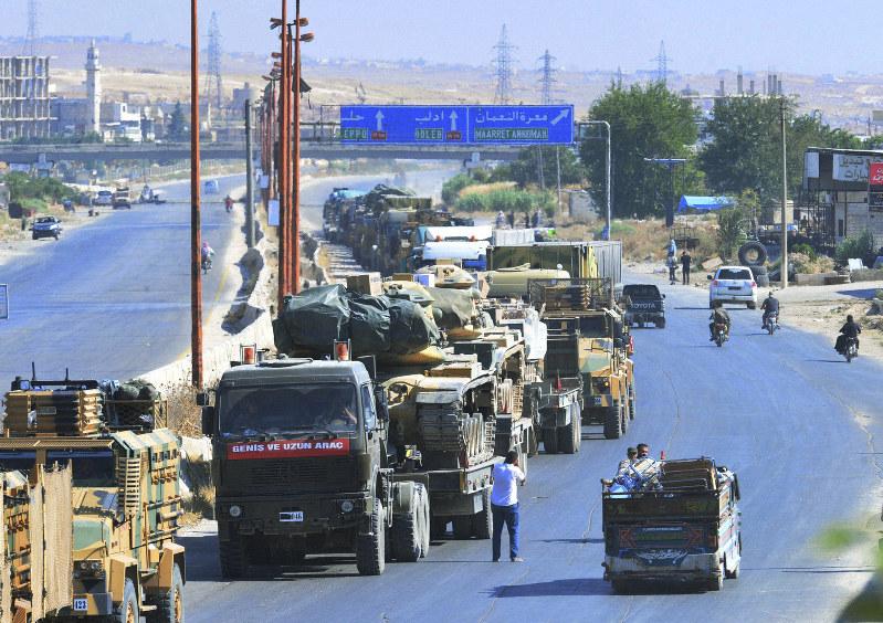 Un convoglio militare turco verso Idlib (Foto: Dha)