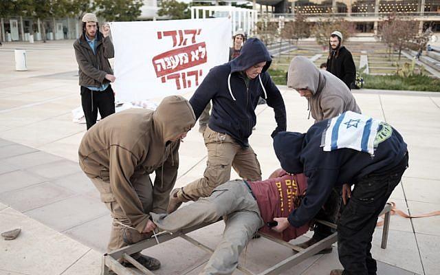 Attivisti riproducono metodi di tortura praticati dallo Shin Bet (Fonte: Flash90)