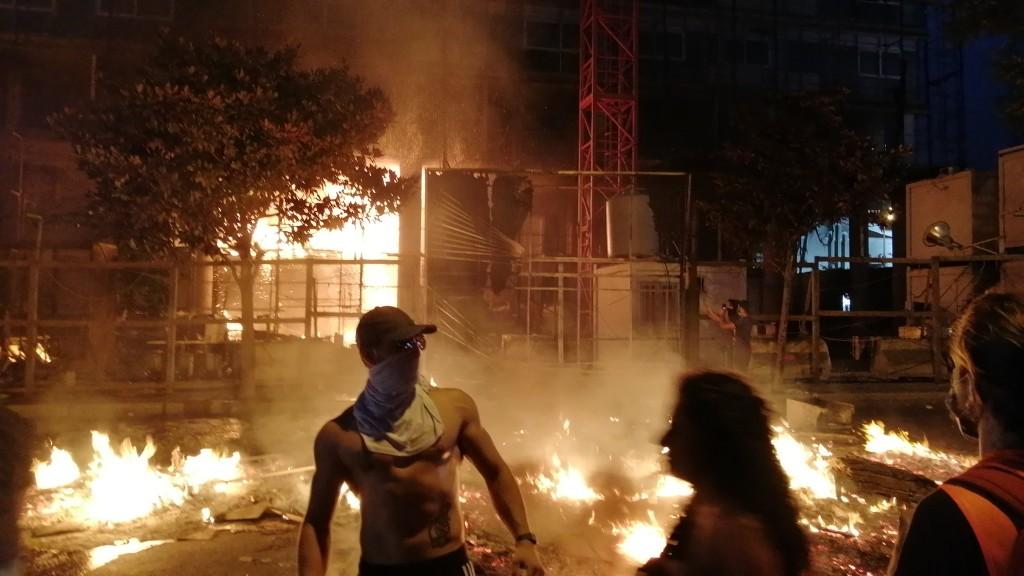 Scontri nella notte libanese (Foto: Roberto Renino/Nena News)