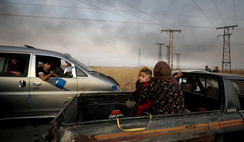 Una donna curda scappa da Ras al-Ain (Rodi Said / Reuters)