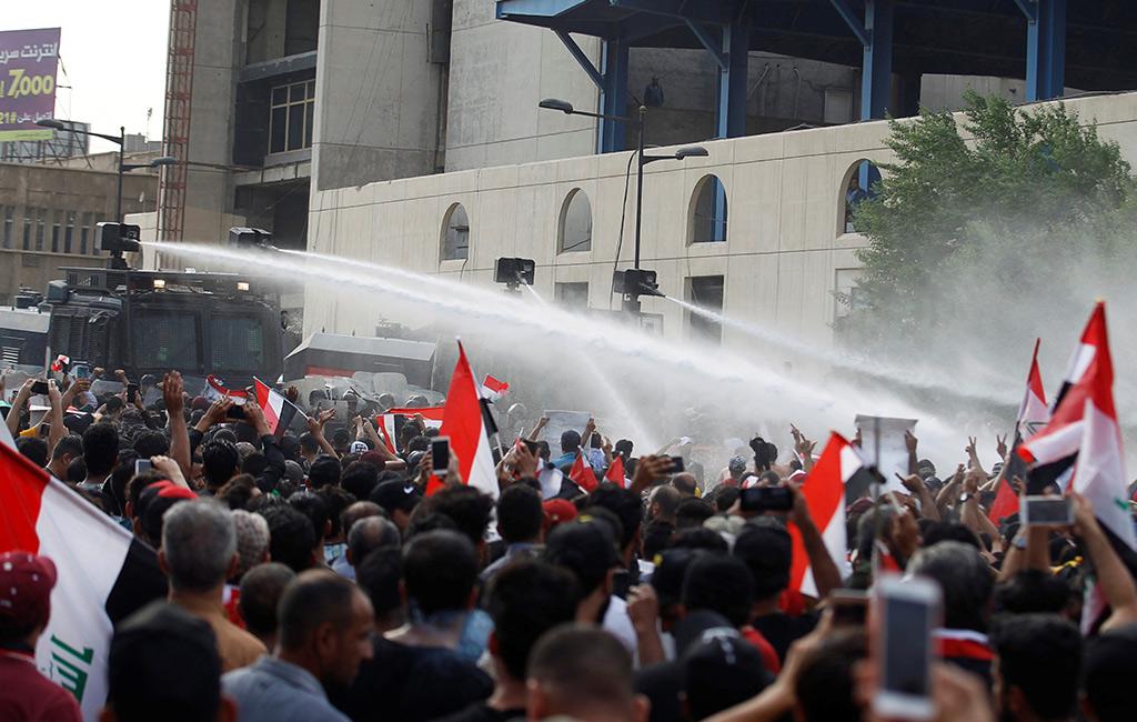 I cannoni ad acqua della polizia contro i manifestanti a Baghdad (Foto: Reuters)