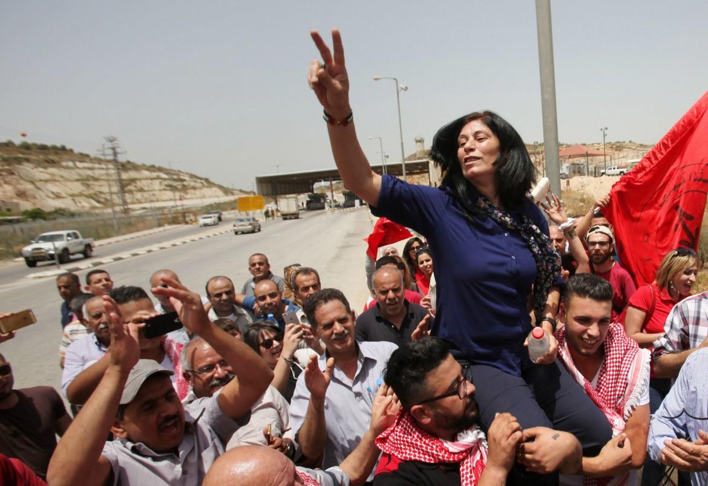 Khalida Jarrar portata in trionfo da amici e sostenitori dopo la sua liberazione lo scorso 20 febbraio