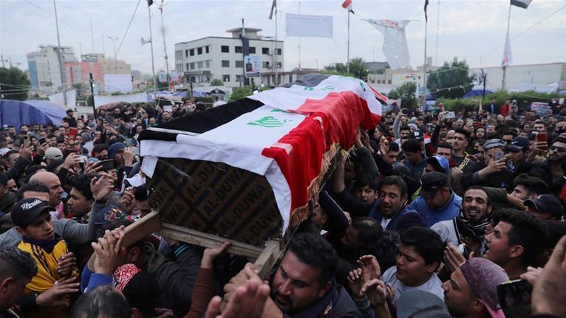 Funerale di un manifestante ieri in Iraq (Foto: Reuters)