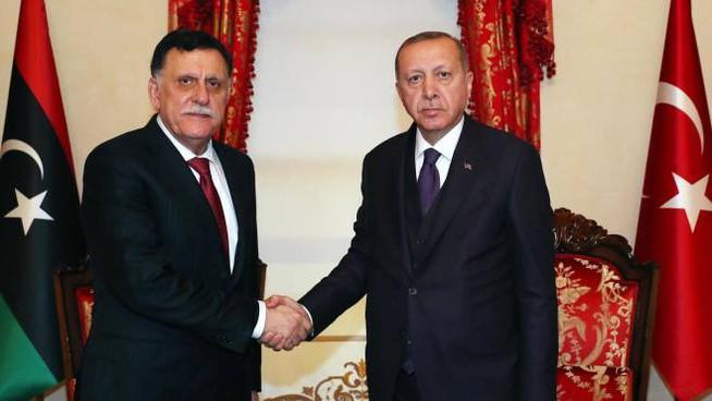 Da sinistra a destra: Il premier libico del Gna al-Sarraj e il presidente turco Erdogan