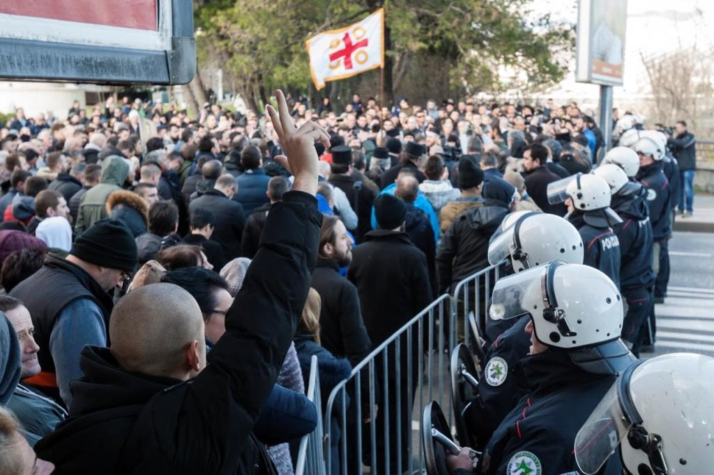 Protesta del clero della Chiesa ortodossa vicino al Parlamento montenegrino a Pogdorica. (Foto: Reuters)
