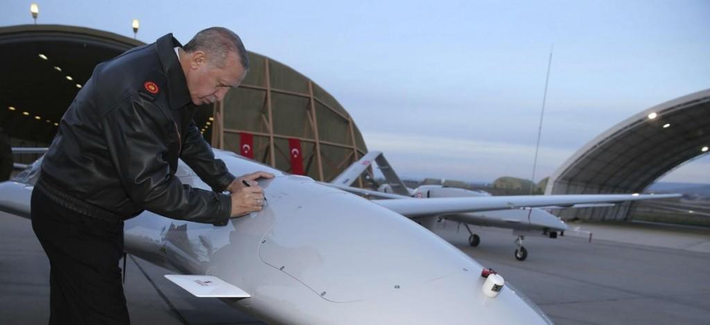 Erdogan con un drone turco (foto Ahvalnews)
