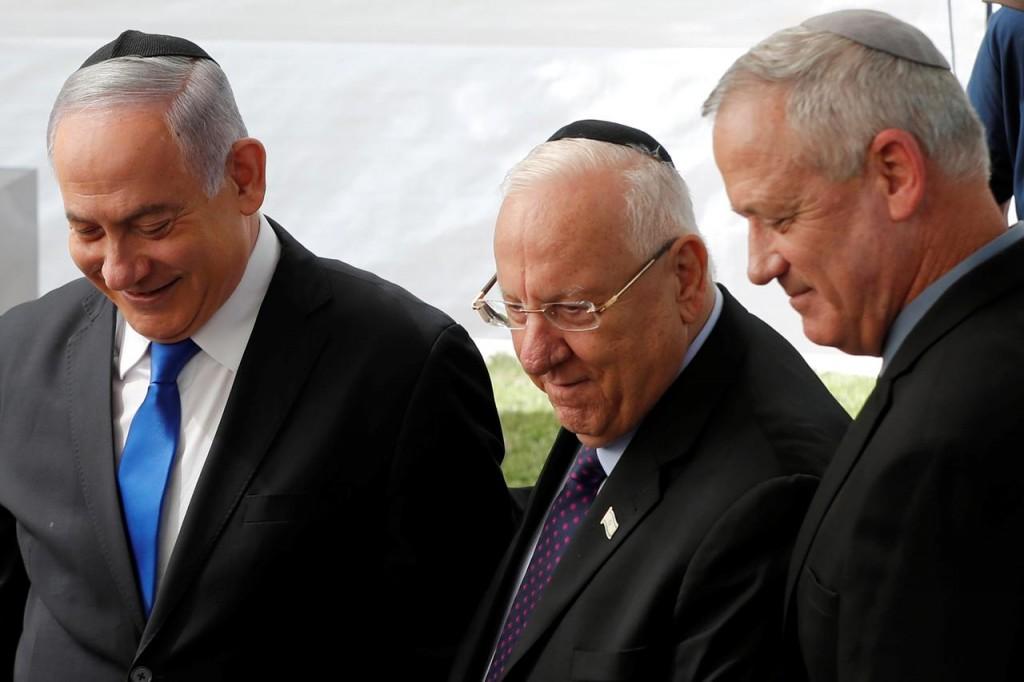 Da destra a sinistra: il premier Netanyahu, il presidente Rivlin e il capo dell'opposizione Gantz (Foto: Reuters)