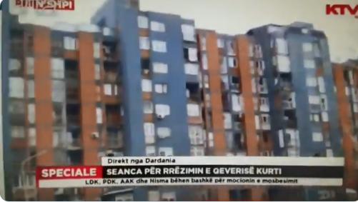 La protesta dai balconi a Pristina