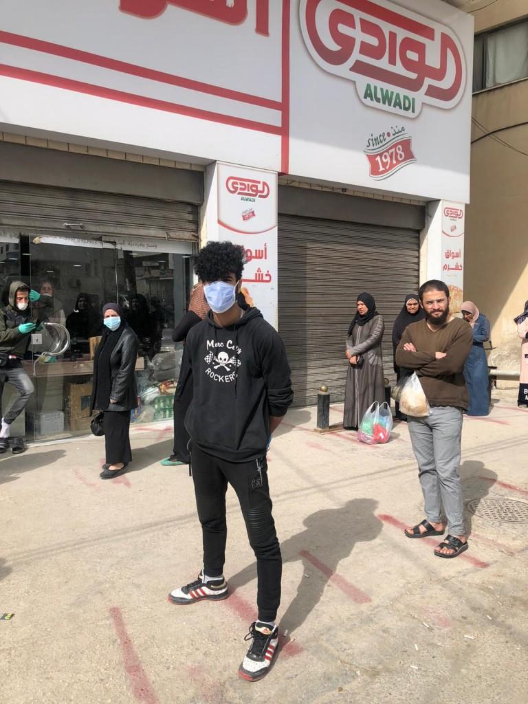 In fila davanti a un negozio del campo profughi palestinese di Baqaa (foto di Vincenzo Fullone)