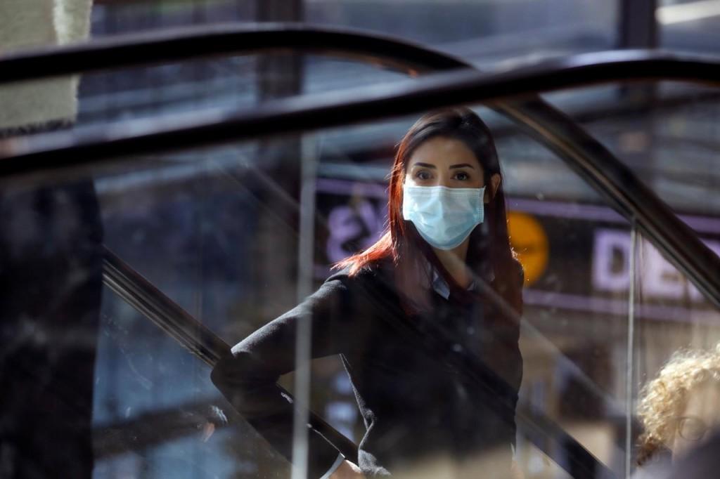 Una donna indossa la mascherina all'aeroporto internazionale Ben Gurion di Tel Aviv (Foto: Reuters)