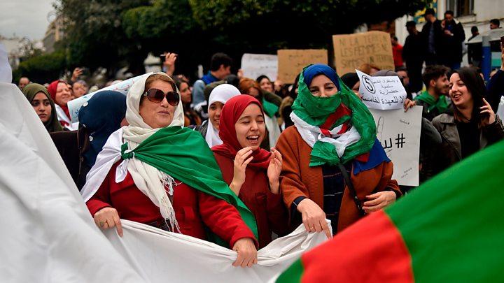 Donne algerine in piazza (Foto: Bbc)
