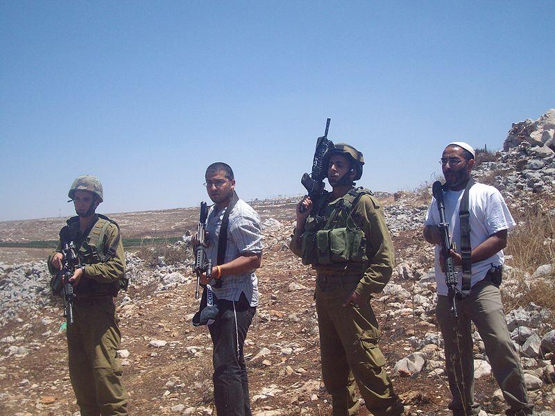Cisgiordania occupata. Soldati e coloni israeliani a Iraq Burin (foto archivio Commons.wikimedia)