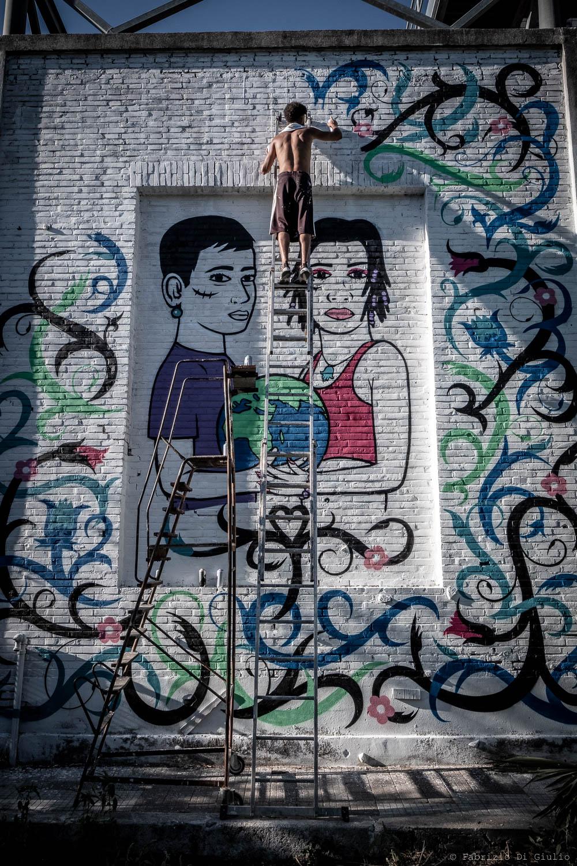 Lo street artist Mosa One al lavoro al murales al Csoa eXSnia (Foto: Fabrizio Di Giulio)