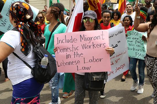 Una lavoratrice domestica straniera manifesta a Beirut (Foto: Anti-Racism Movement)