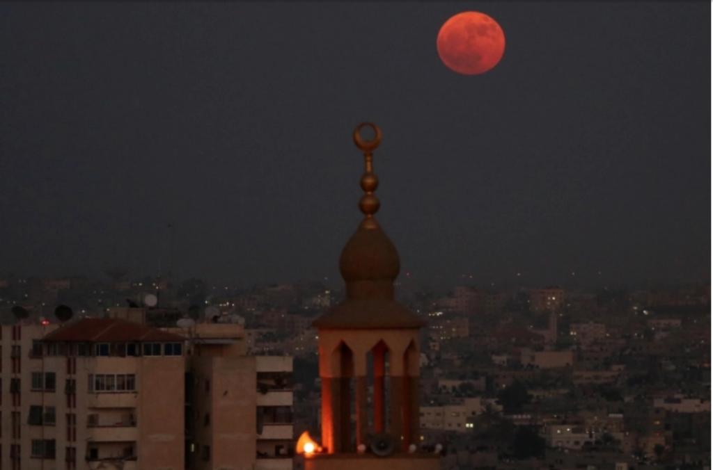Gaza sotto attacco in una foto tratta dall'agenzia turca Anadolu