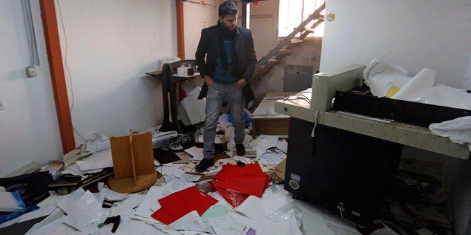 Un ufficio di Ramallah dopo una irruzione di soldati israeliani (foto Imemc)