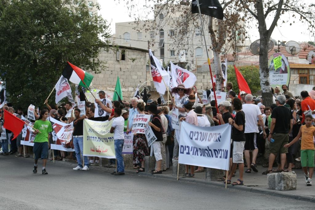 Una manifestazione comune di palestinesi ed ebrei nel quartiere di Sheikh Jarrah contro le espulsioni (Fonte: WikiCommons)