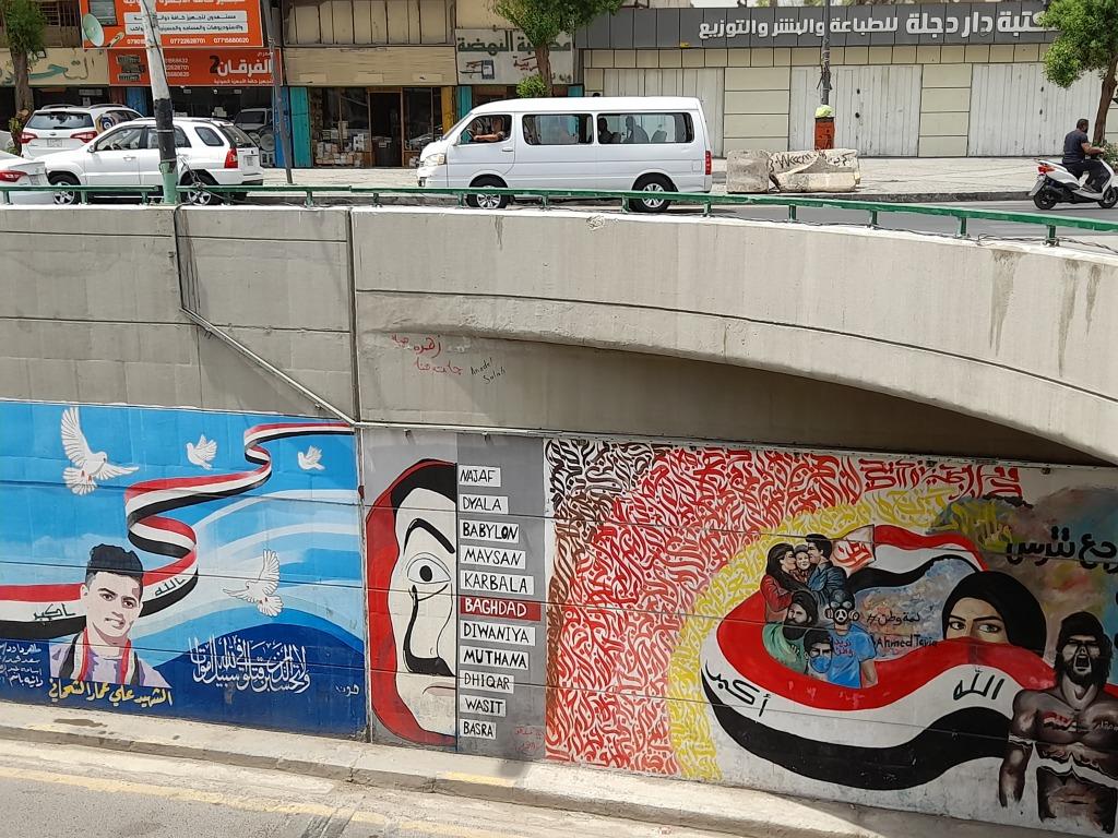 Murales nel tunnel che corre sotto piazza Tahrir a Baghdad (Foto: Chiara Cruciati)