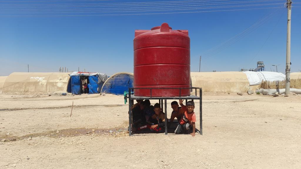 Un container dell'acqua nel campo profughi di Washokani © Chiara Cruciati