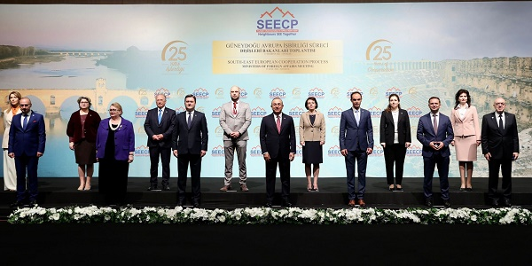 Il ministro degli esteri turco Cavusoglu, al centro, nella foto di gruppo del Seecp (Fonte: Ministero degli Esteri turco)