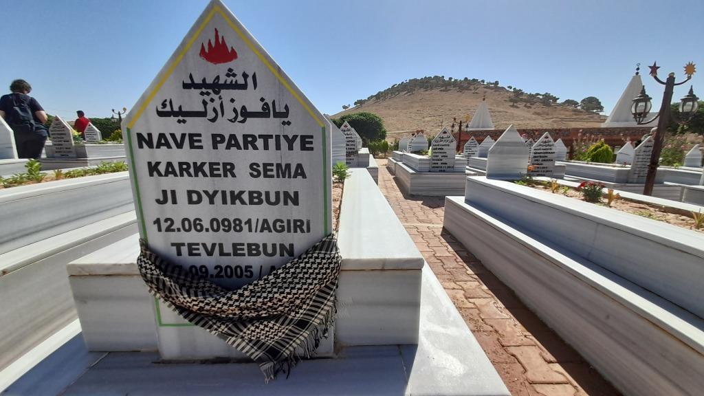 Il cimitero dei martiri sul monte Sinjar (Foto: Chiara Cruciati)